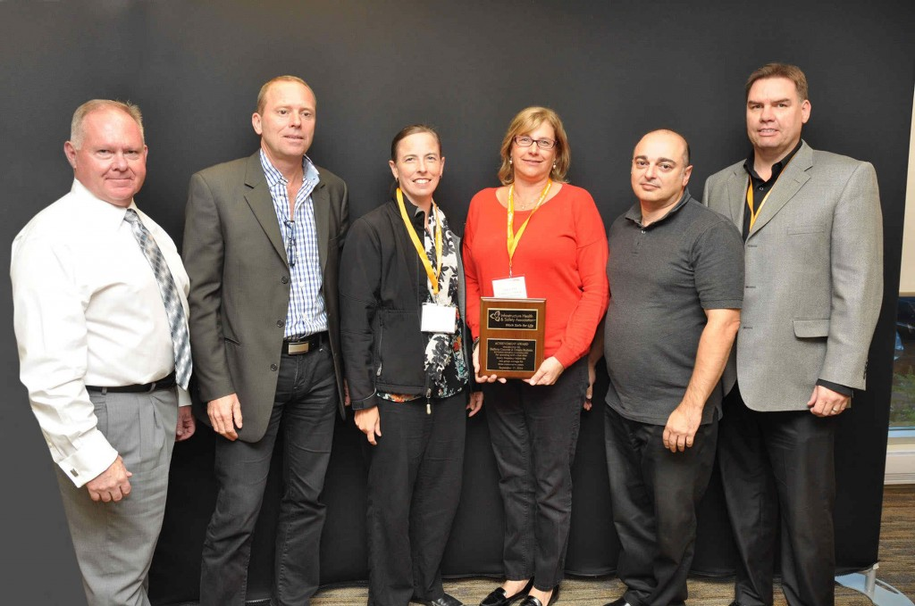 Presentation of Achievement Award by Al Beattie, President and CEO of IHSA, to management and employees of Dufferin Concrete, Ontario Redimix and Holcim Canada (CNW Group/Holcim Canada Inc.)